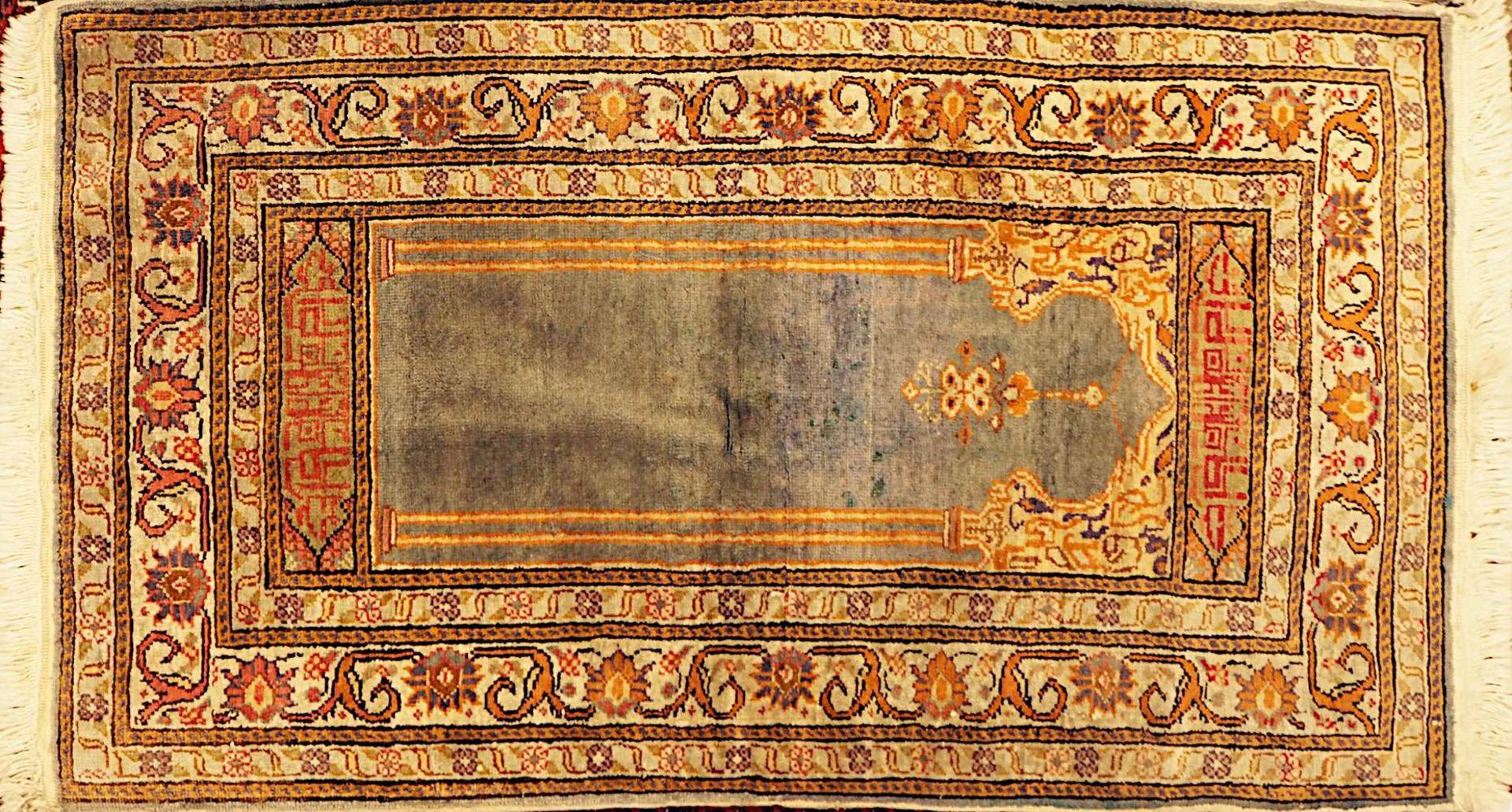 1 Orientteppich rotgrundig, Mittelfeld mit rautenförmigem geometrisch- floralem Dekor, 20. Jh.< - Bild 2 aus 3