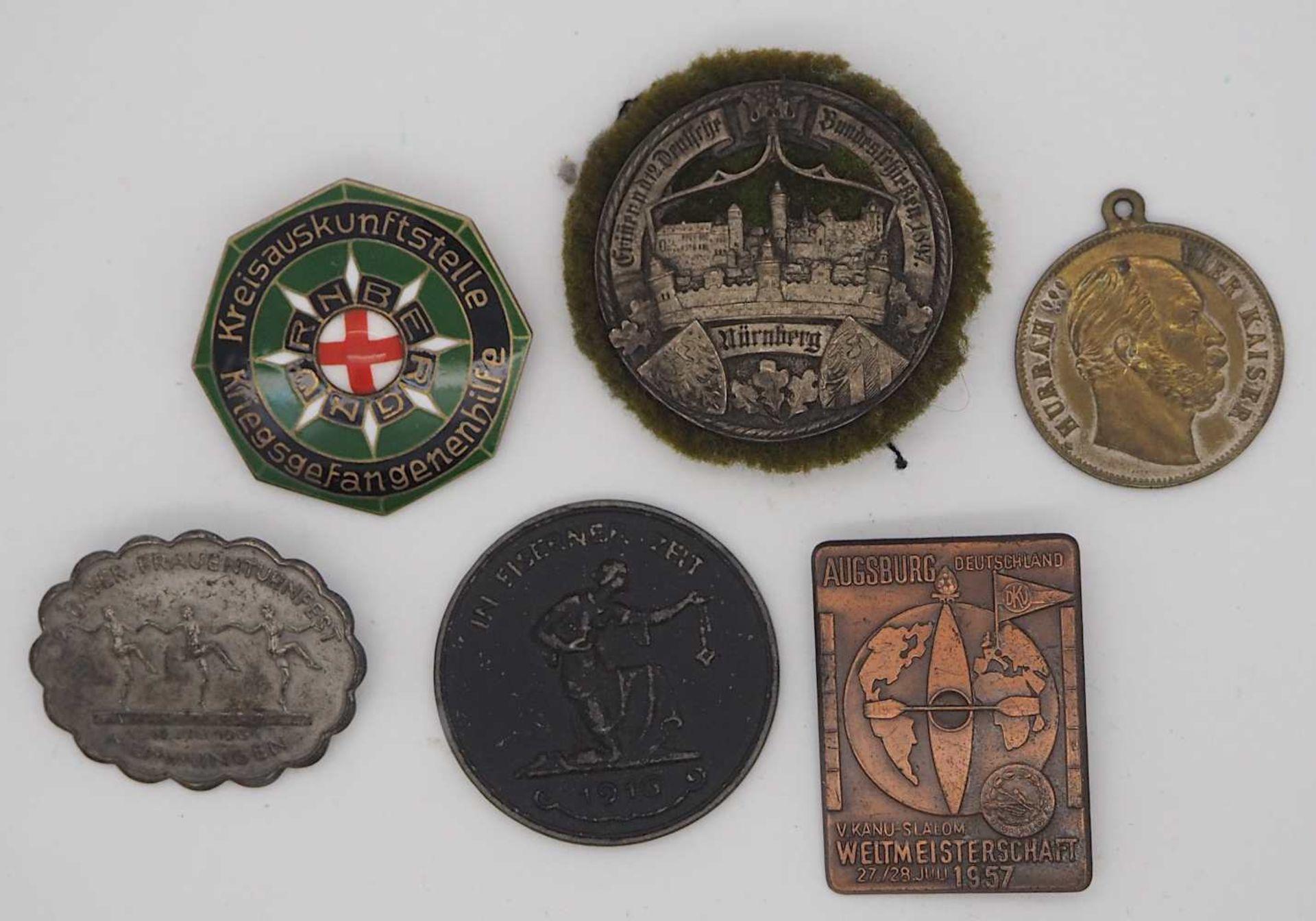 1 Konv. Militaria 3. Reich u.a., 1 Stahlhelm mit Lederinnenfutter, Wehrmacht, entnazifiziert