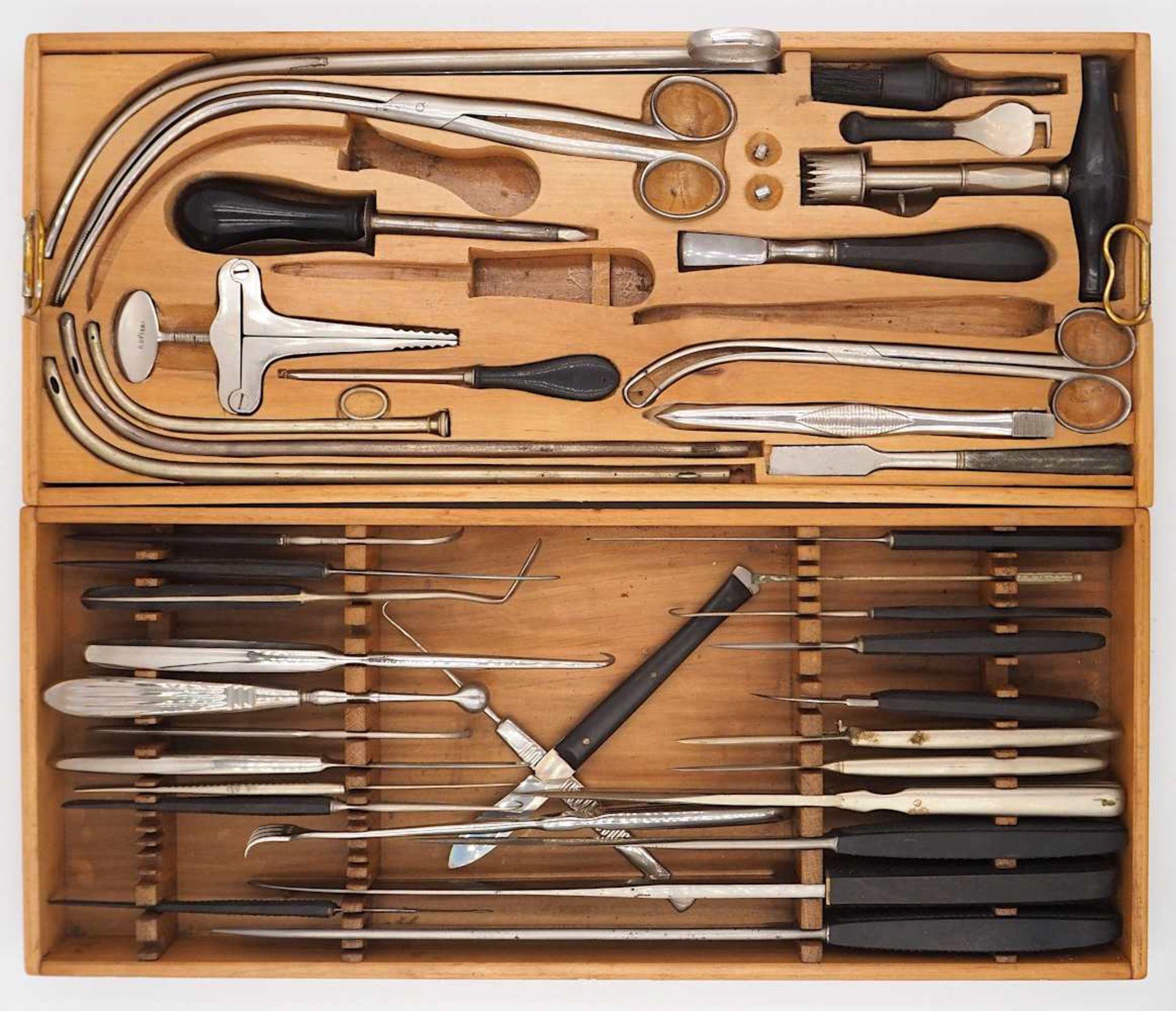 1 Holztragekoffer mit chirurgischen Instrumenten R. DETERT, Berlin, 20. Jh. mit chirur - Bild 2 aus 3