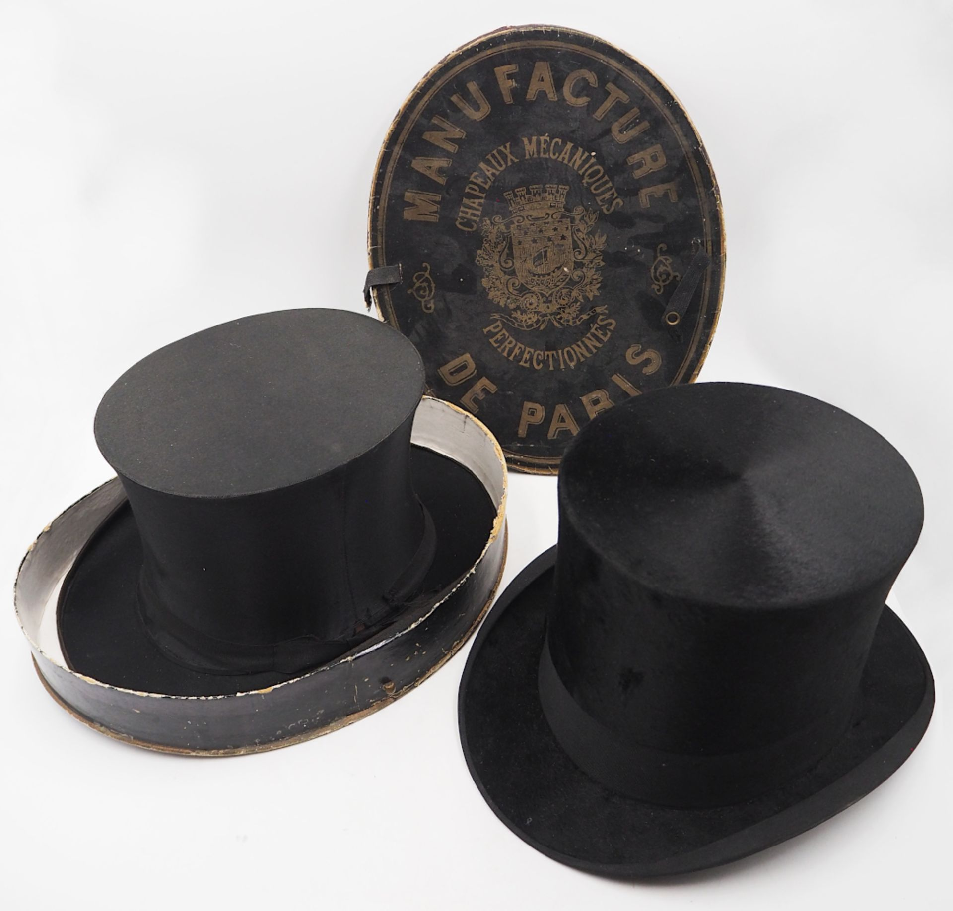 1 Konv.: 1 Chapeau Claque FRANZ JOS. HEISEL, 1 Zylinder THOs. TOWNEND & Co. H ca. 17cm