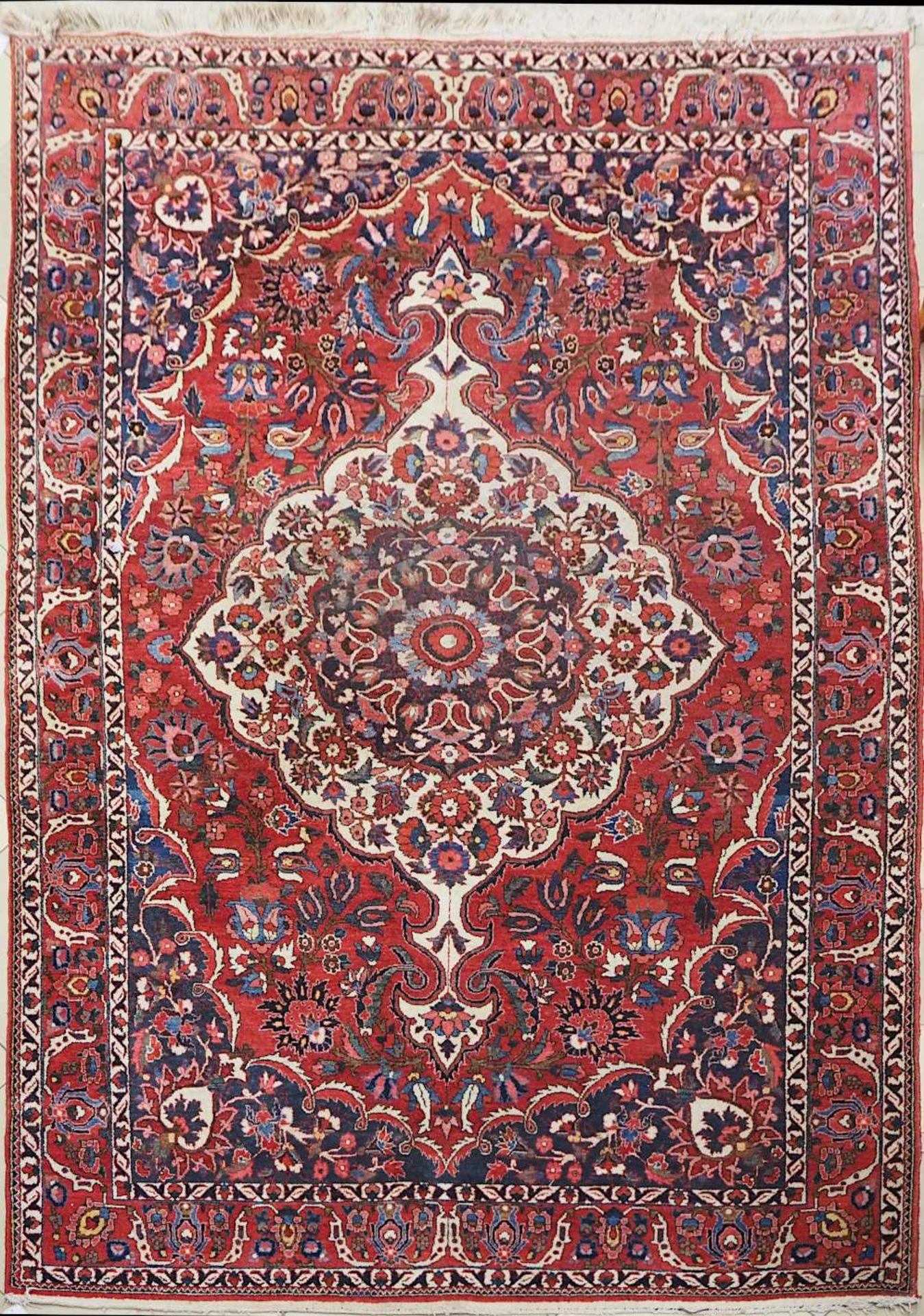 1 Konv. Teppiche 20. Jh.: Mittelfeld beigegrundig, Randbordüre rotgrundig, je florale