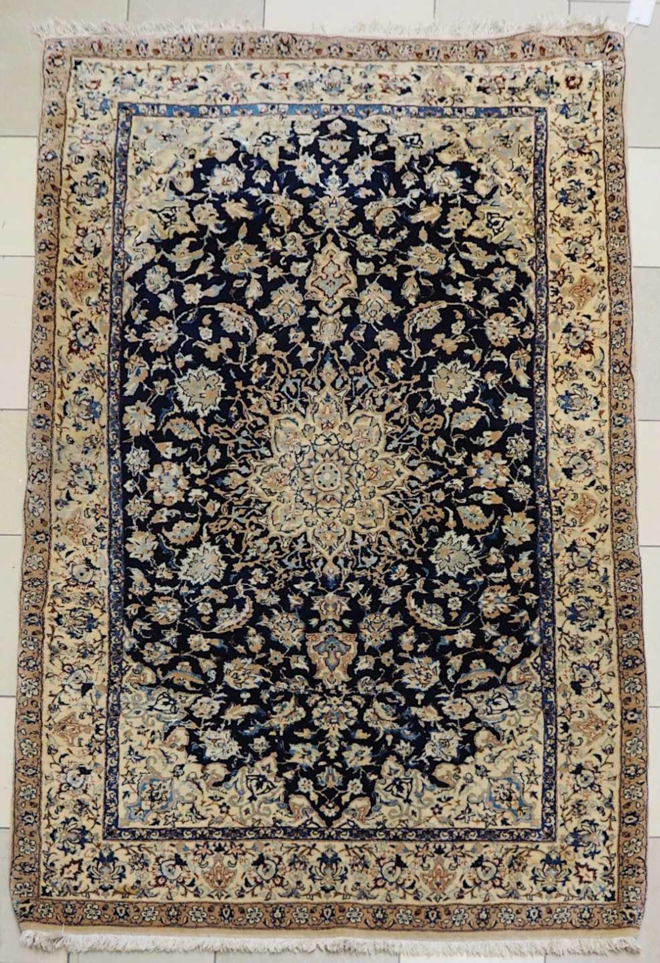 1 Konv. Teppiche 20. Jh.: Mittelfeld beigegrundig, Randbordüre rotgrundig, je florale - Bild 2 aus 7