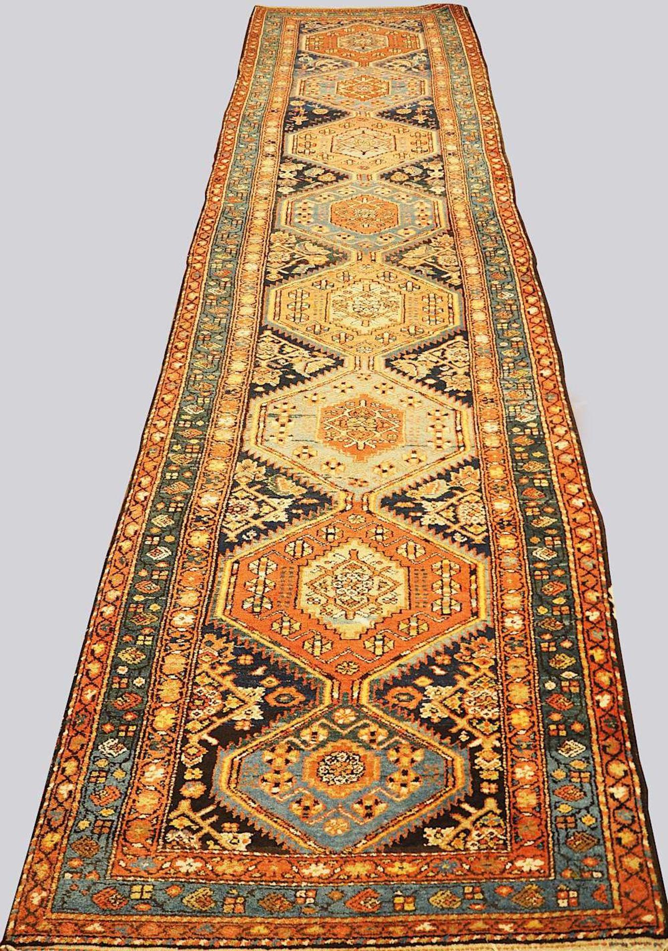 1 Orientgalerie Mittelfeld dunkelblaugrundig mit Medaillon-Reihung in verschiedenen Farben, 20.