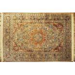 1 Orientteppich wohl mit Seidenanteil, 20. Jh. beigegrundig, floraler Dekor, Eckzwicke