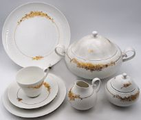 "1 Speise-/Kaffeeservice Porzellan ROSENTHAL ""Romanze in Gold"" Design: Björn WIINBLAD, <br /"