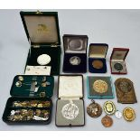 1. Konv. Anstecknadeln Medaillen Metall u.a. z.T. verg. in der Schat.