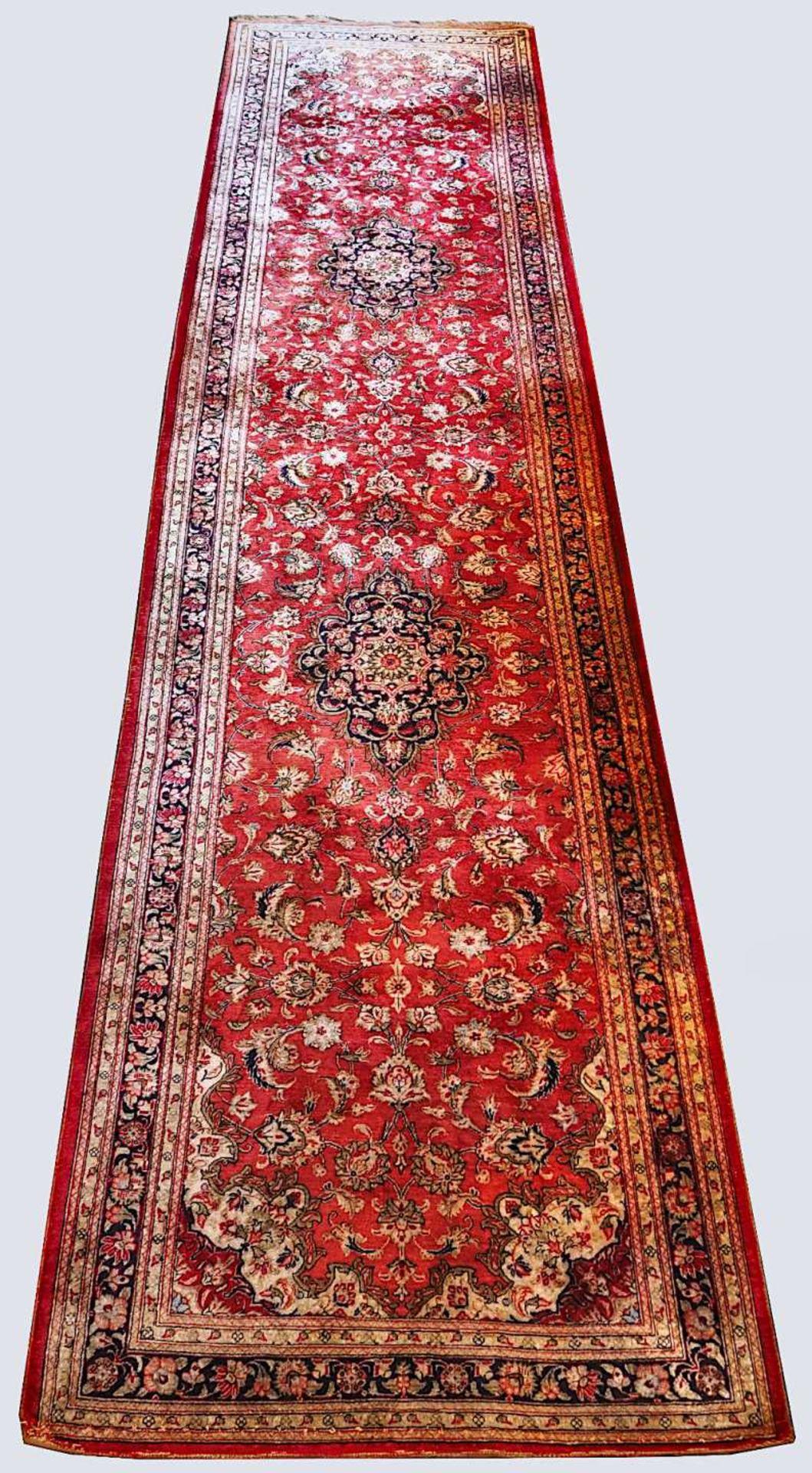 2 Orientgalerien 20. Jh., z.T. mit Seidenanteil je rotgrundig mit floralem Dekor, je F