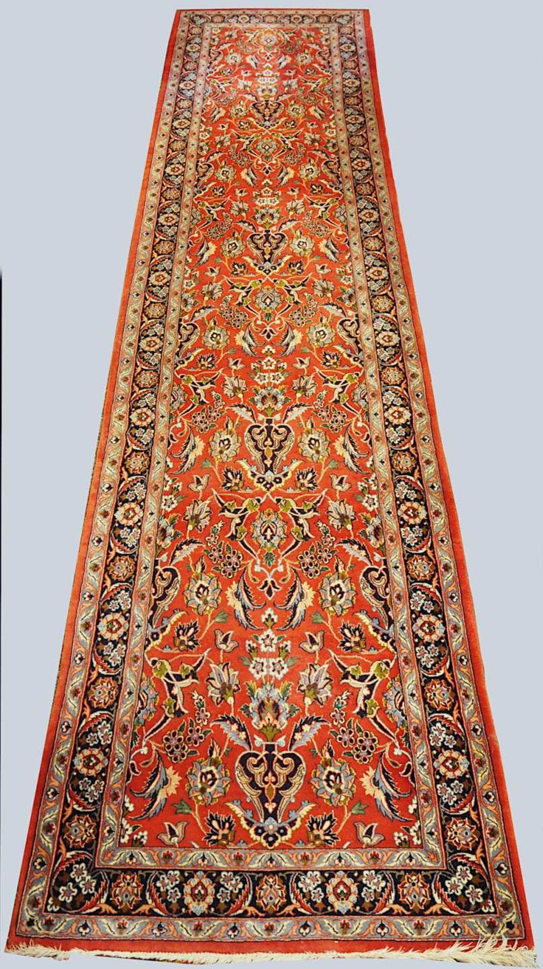 2 Orientgalerien 20. Jh., z.T. mit Seidenanteil je rotgrundig mit floralem Dekor, je F - Bild 2 aus 3