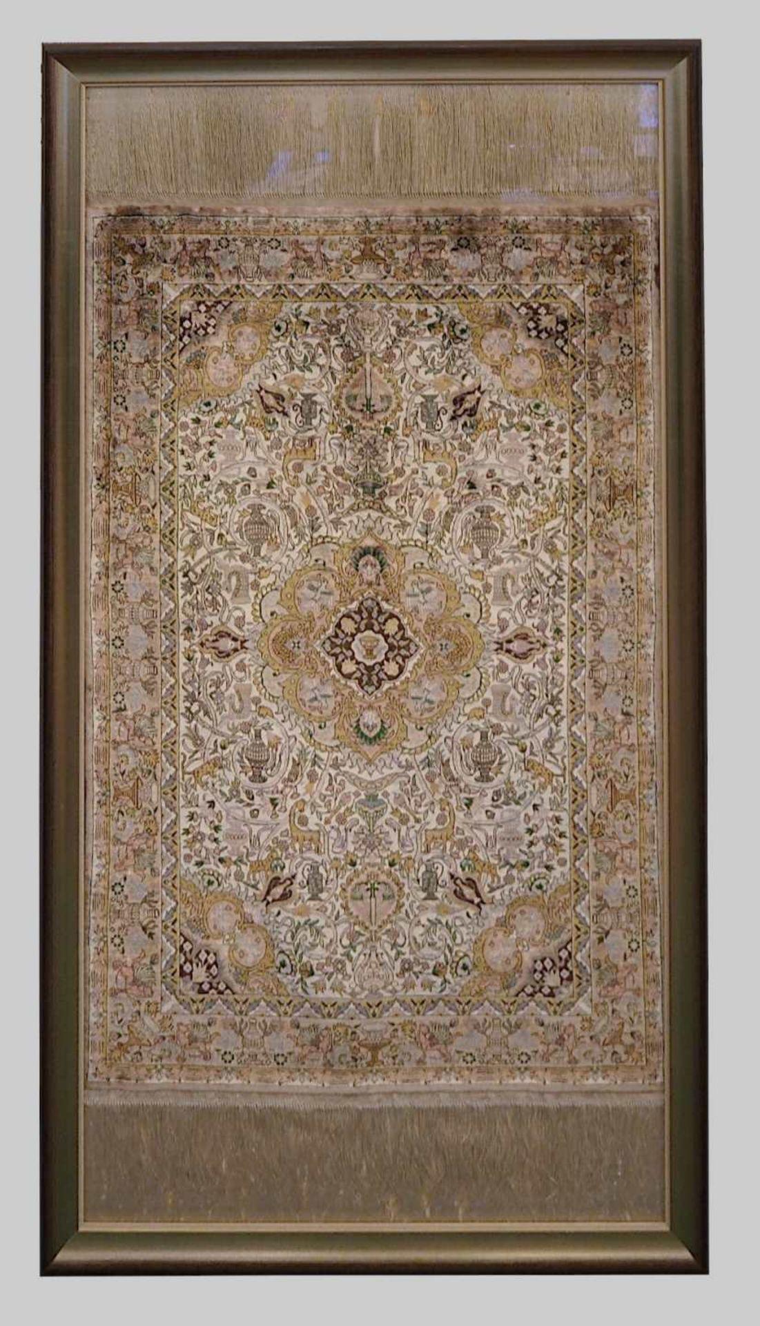 1 Teppich Seide wohl China beigegr., floraler-/Tierdekor, Mittelmedaillon, Mehrfachbor