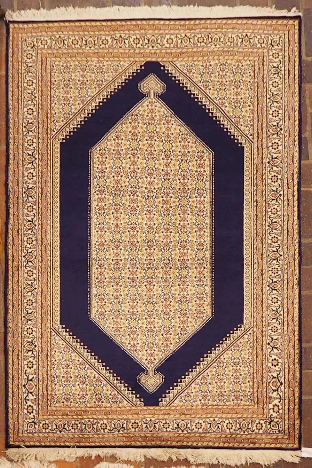1 Orientteppich wohl mit Seidenanteil, 20. Jh. Mittelfeld dunkelblaugrundig mit große