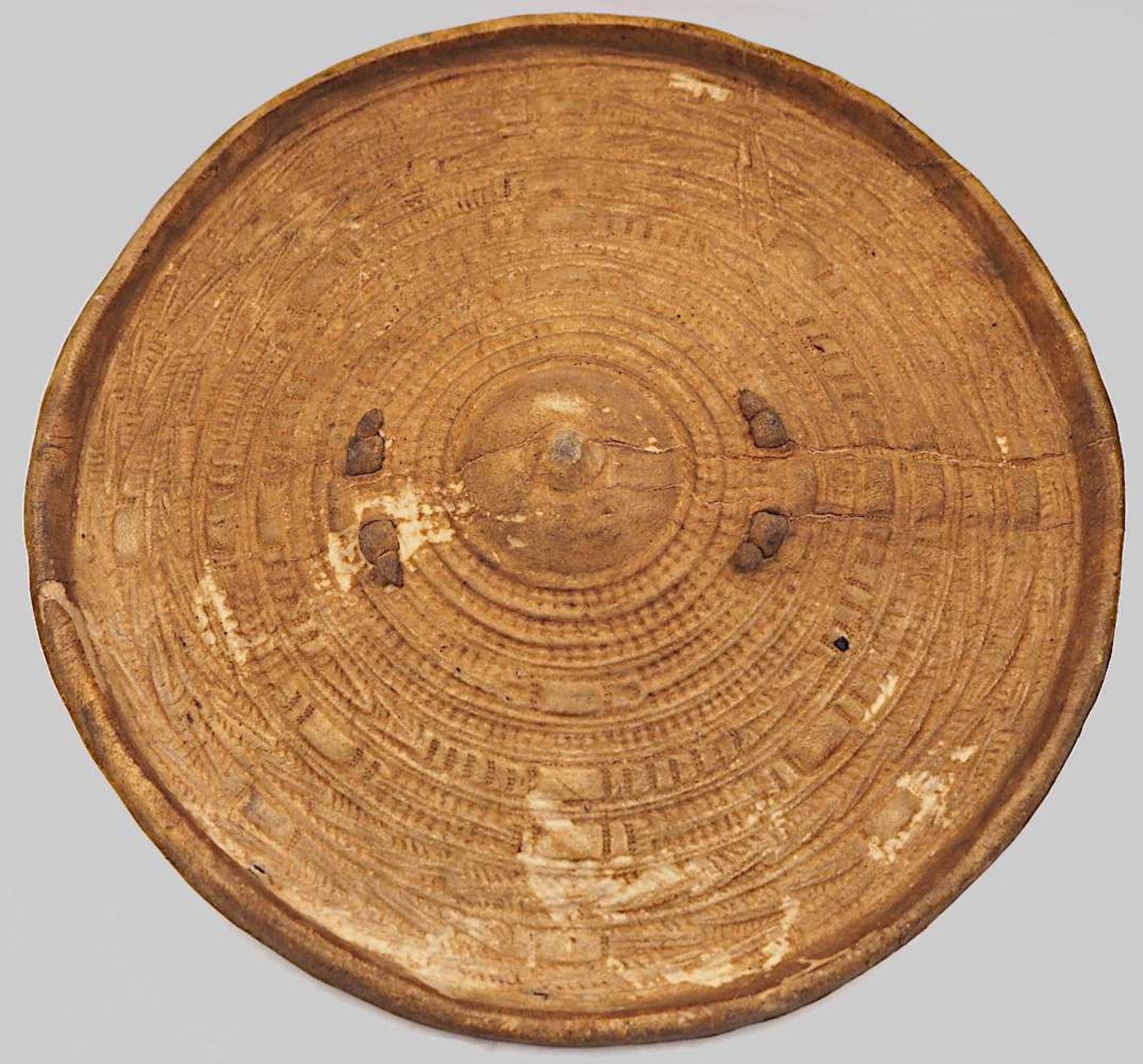 1 Schild aus massiv gefertigtem Leder mit geprägtem Rillendekor, wohl Äthiopien, 19. Jh. <