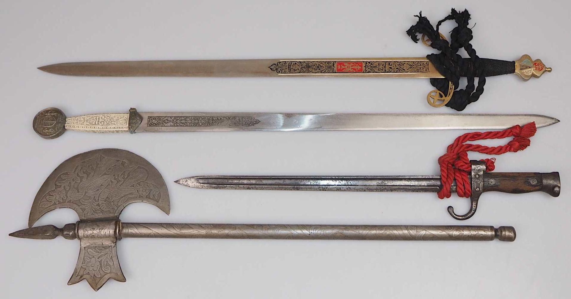 1 Bajonette wohl Anfang 20. Jh. mit Holzgriff L ca. 51,5cm sowie 1 Konv. Waffenreplike