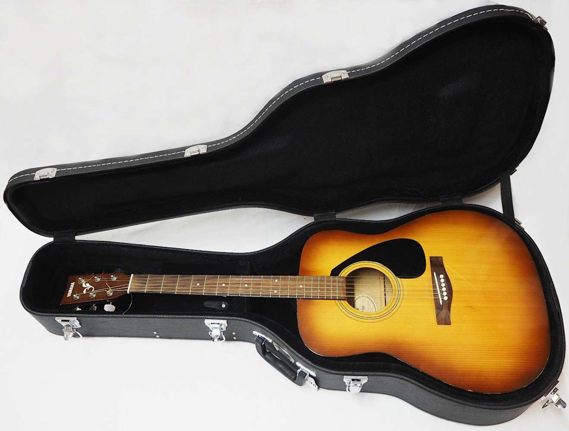"1 Westerngitarre YAMAHA Modell: ""F-310P TBS, YMMJ Co. Ldt.,"" Indonesien Holzkorpus mit"