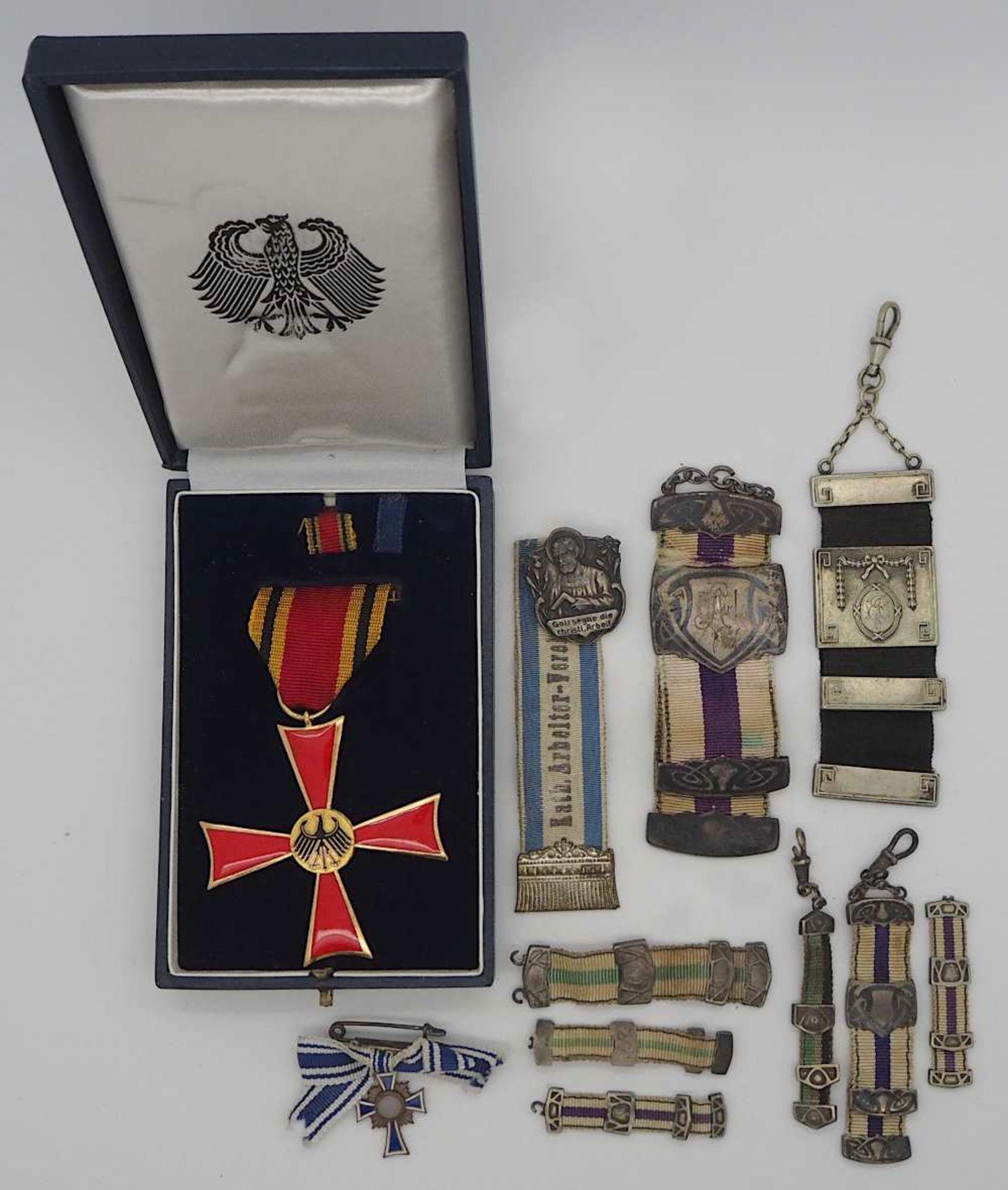 """1 Konv. Orden und Abzeichen z.T. in Miniaturform, 1. und 2. WK """"Art. Vereinigung Amber"""