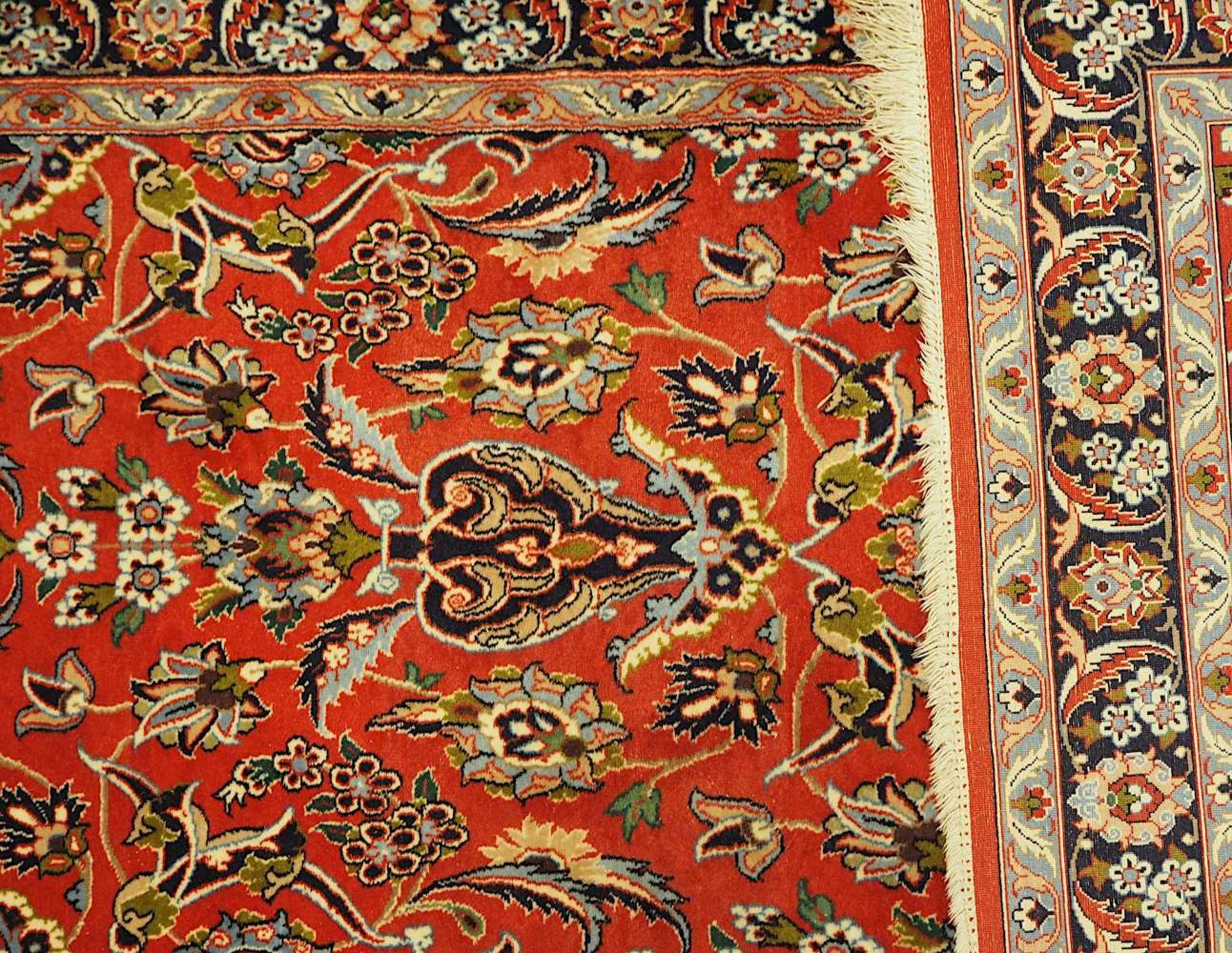 2 Orientgalerien 20. Jh., z.T. mit Seidenanteil je rotgrundig mit floralem Dekor, je F - Bild 3 aus 3