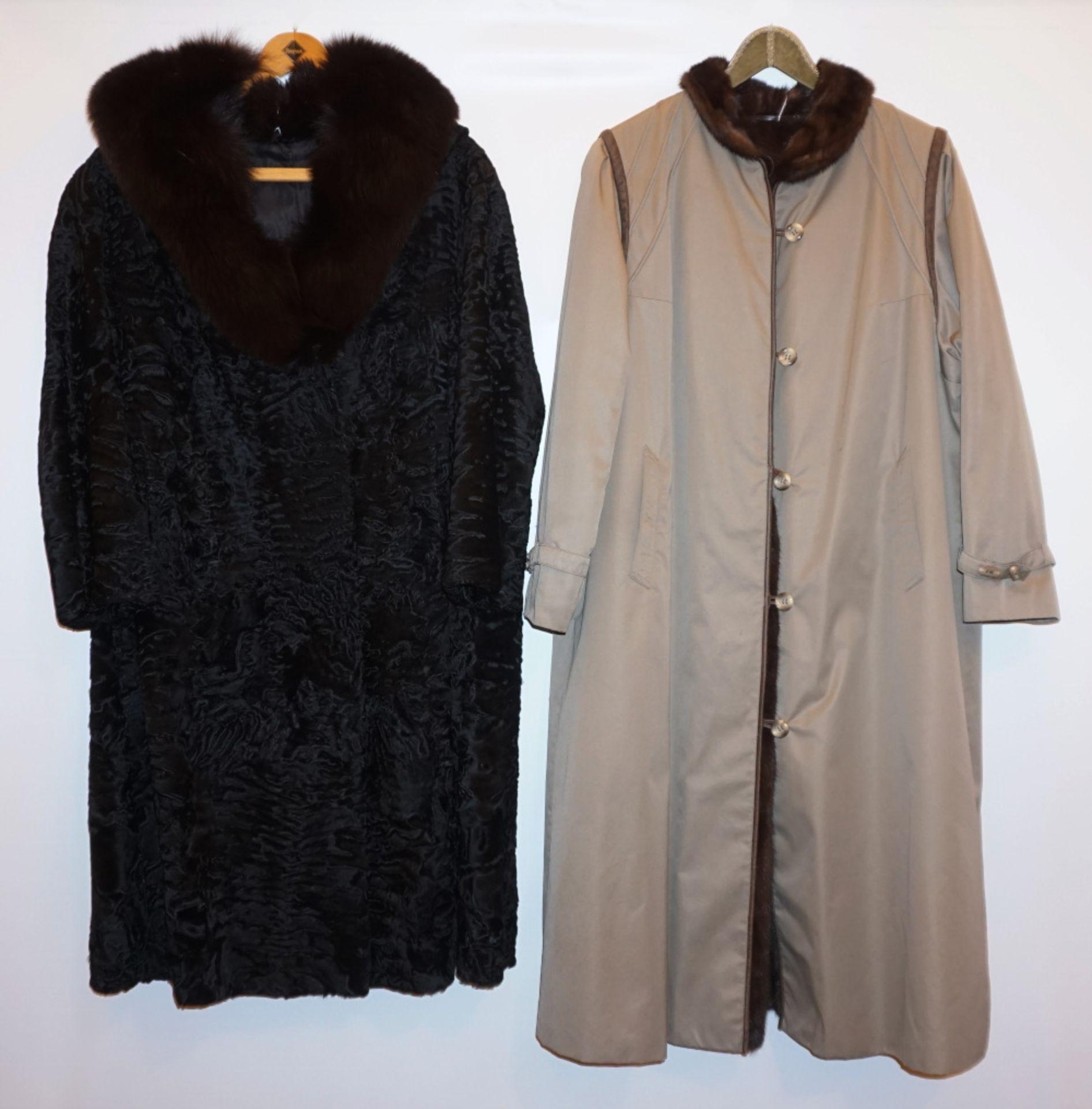 1 Mantel Breitschwanz m. Fuchskragen schwarz sowie 1 Mantel Textil m. Nerzfutter Tsp.