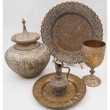 1 Konv. Metallobjekte mit orientalischem Dekor, wohl 20. Jh., z.T. messingfarben Decke