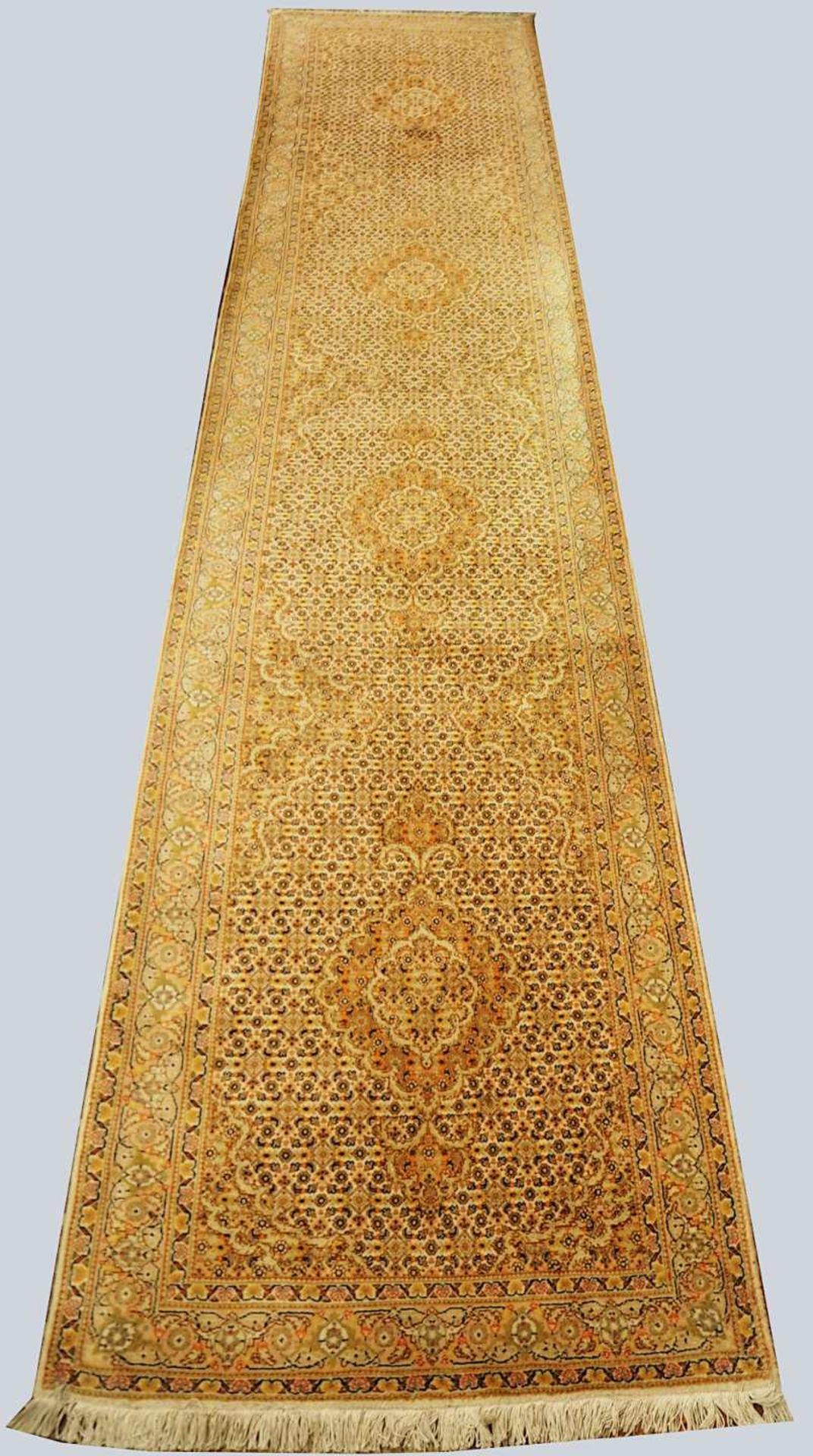 1 Orientgalerie Iran in Rosé-Tönen, 20. Jh. Mittelfeld mit Medaillonreihung und klei - Bild 2 aus 3