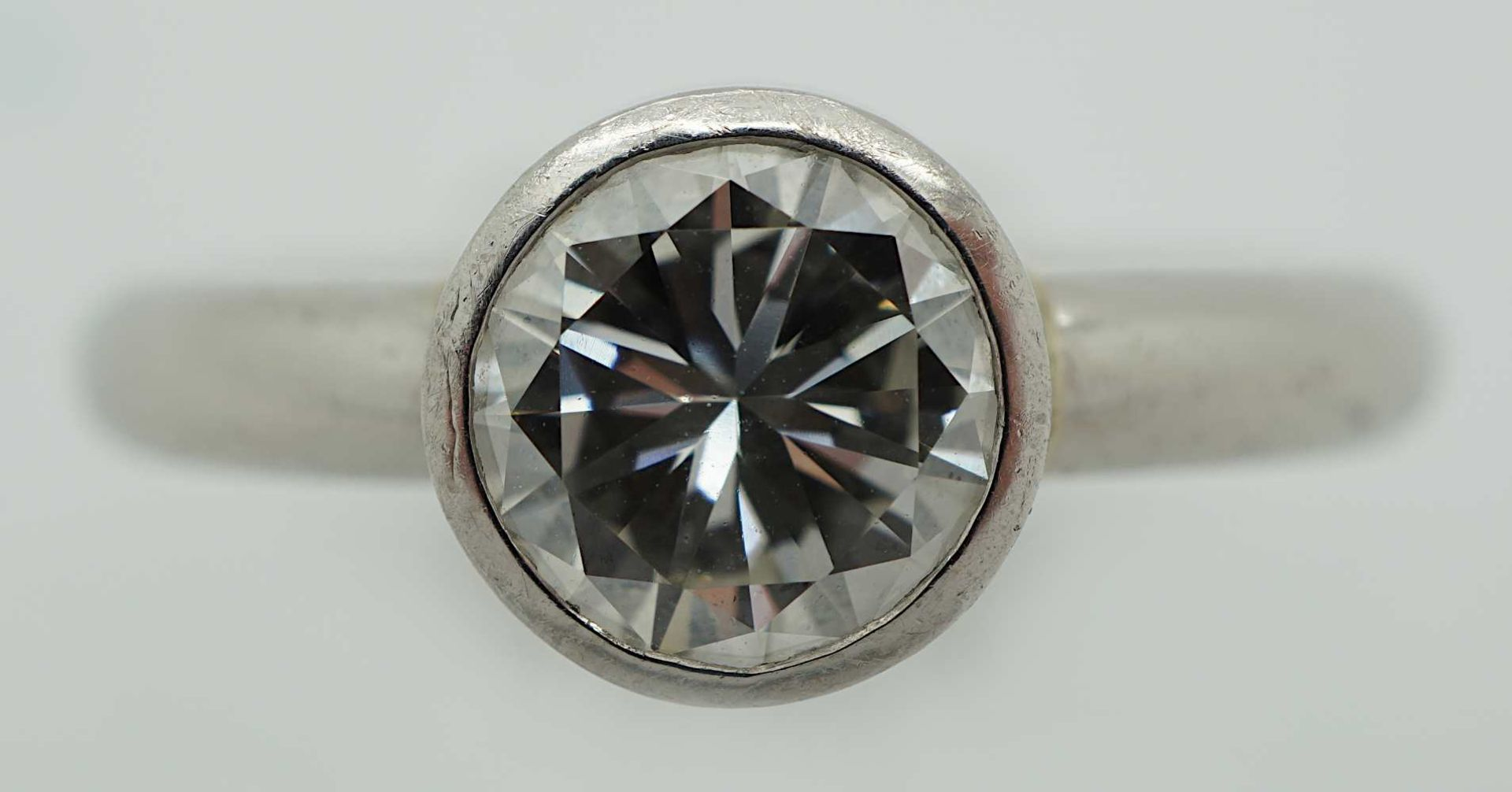 1 Ring Platin Solitärbrill. lt. EL ca. 1,09ct. lt. Brillantschiene ca. 1,4ct.(?) Ring