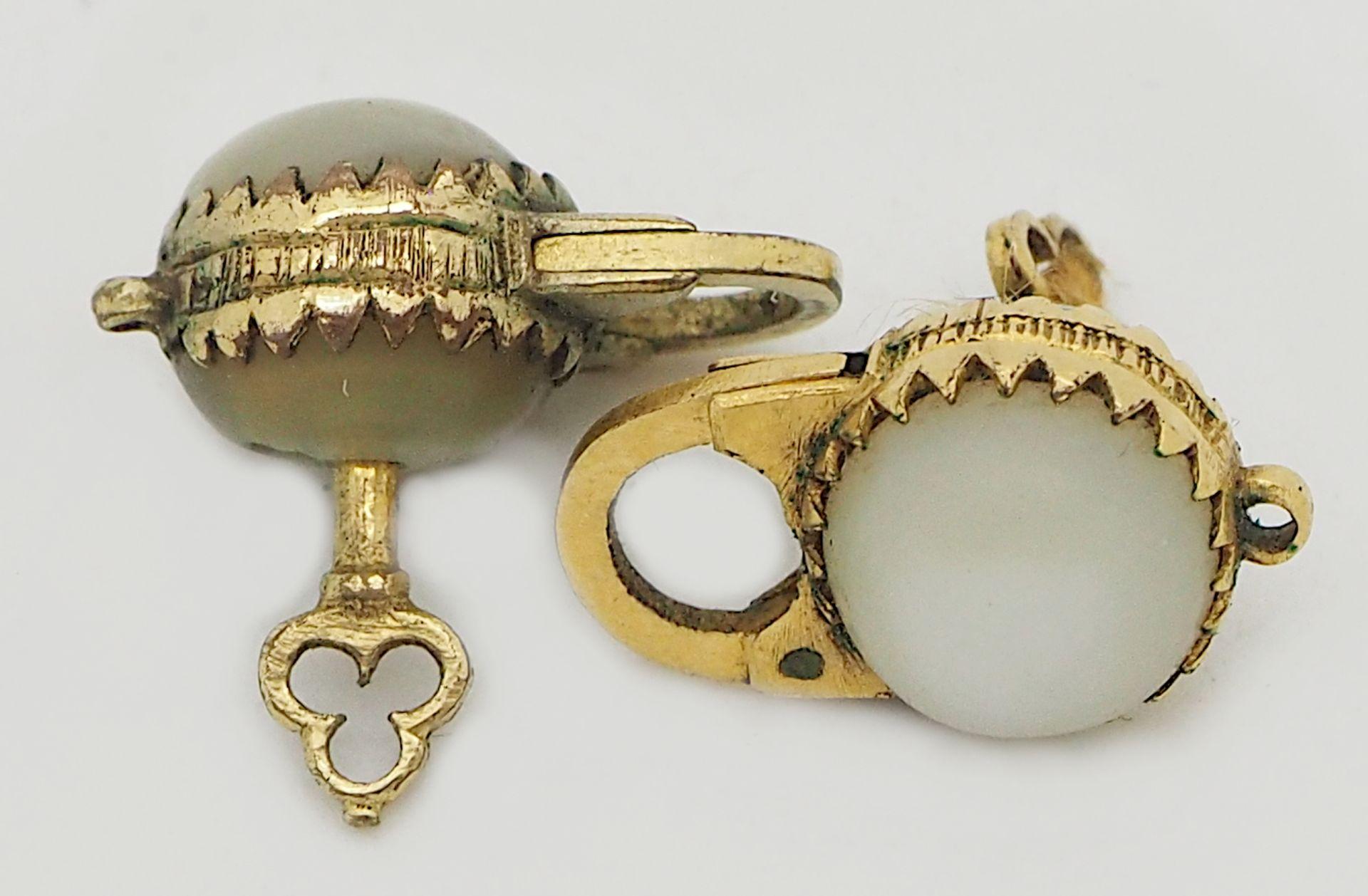 1 Damenarmbanduhr GG 14ct., Band GG 14ct. besch. (Glas fehlt), sowie 2 Miniaturschlösser Perle - Bild 2 aus 2