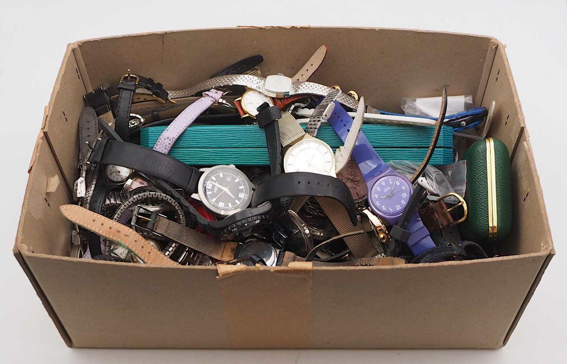 1 Konv. Armbanduhren Metall z.T. verg. Kunststoff u.a. Tsp./besch. im Karton - Bild 2 aus 2