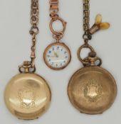 2 Herrentaschenuhren sowie 1 Damentaschenuhr je verg. je um 1900 sowie 2 Uhrenketten verg. 1 Uhr