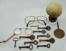 1 Konv. diverse Objekte Schlüssel, Brille, Lorgnon jew. Gsp.