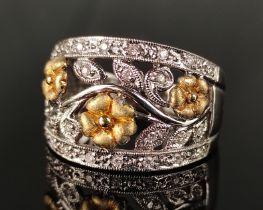 Ring, breite Schauseite mit floralem Dekor und Blüten, dekoriert mit kleinen Brillanten 585/14K