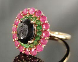 Ring, mittig großer facettierter Stein (wohl Spinell) umgeben von grünen und pinken Steinen,