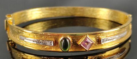 Armreif mit zwei Schmucksteinen und zwei kleinen Diamanten, 585/14K Gelbgold, 21,69g, 5,7cm (