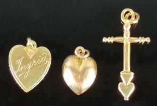 Schmuck-Lot, 3 Anhänger, zwei Herzen 333/8K Gelbgold (getestet) und ein Kreuz 585/14K Gelbgold, 3,