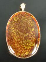 Anhänger, oval, eingefasster Schmuckstein dekoriert mit floralem Muster, gefasst in 585/14K