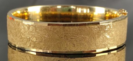 Armreif, breit, mit mattierter Oberfläche, facettierter Rand, 585/14K Gelbgold, 38,24g, 6,1cm (