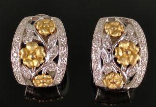 Paar Ohrringe, mit floralem Dekor und Blüten, dekoriert mit kleinen Brillanten, 585/14K Weißgold/