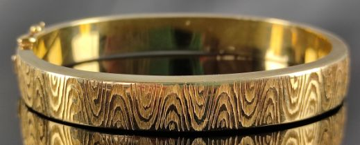 Armreif, mit ziseliertem wellenförmigem Muster, 585/14K Gelbgold, Goldschmiedemarke D mit Krone,