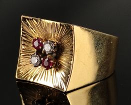 Ring, quadratische Fläche, 2 Brillanten und 2 Rubine, 750/18K Gelbgold (getestet), 70er Jahre, 9,