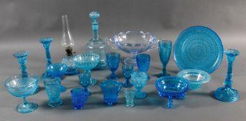 Sammlung blaues Pressglas