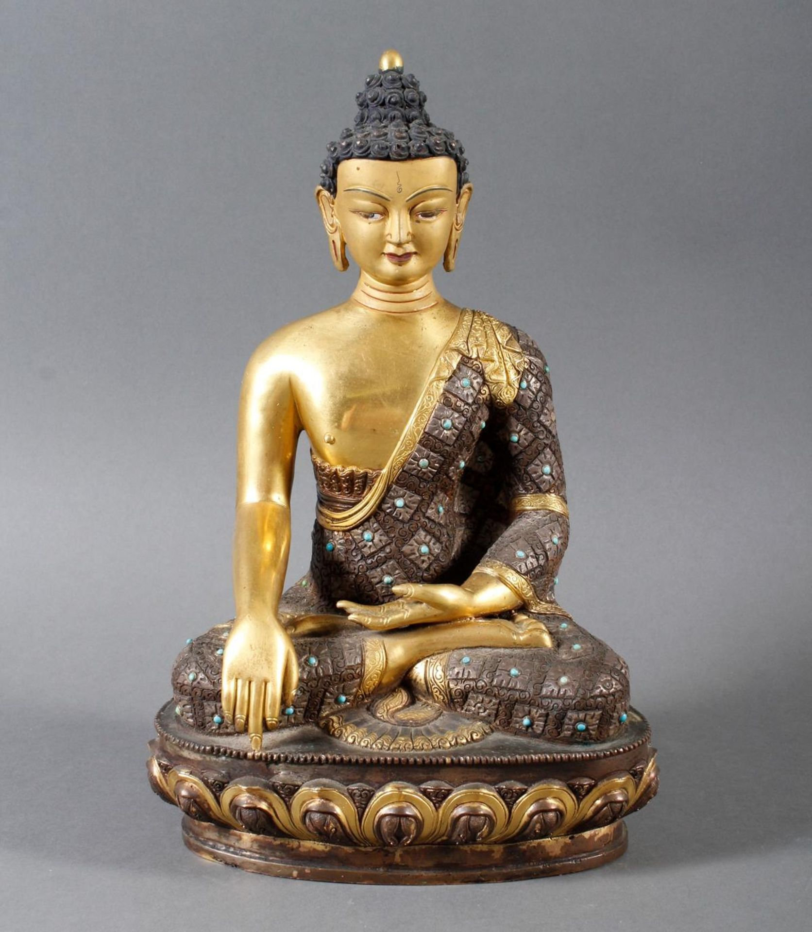 Bronze des Buddha Shakyamuni in der Erdberührungsgeste auf Lotospodest