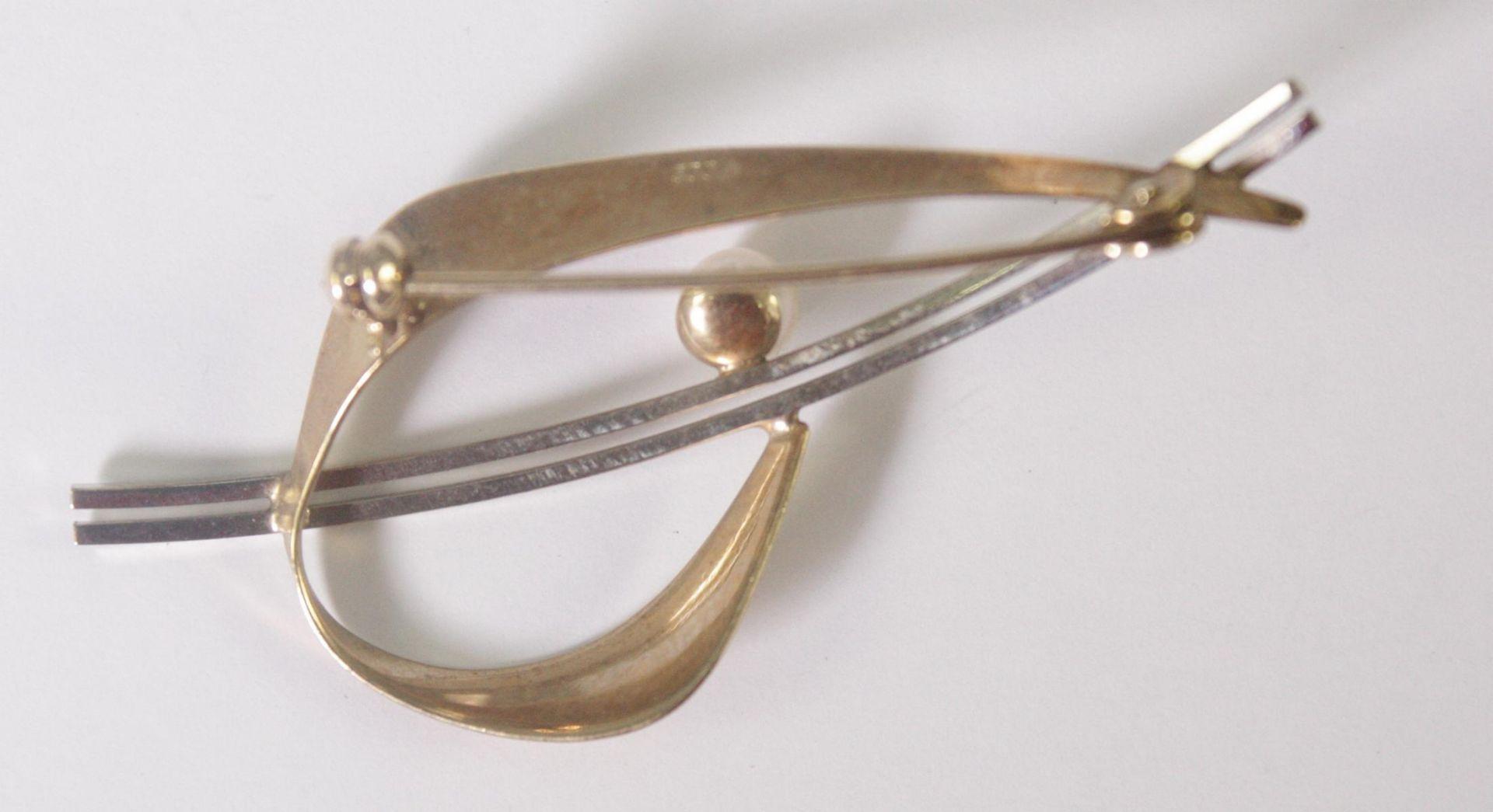 Brosche mit Perle, 8 Karat Gelb- und Weißgold - Bild 2 aus 2