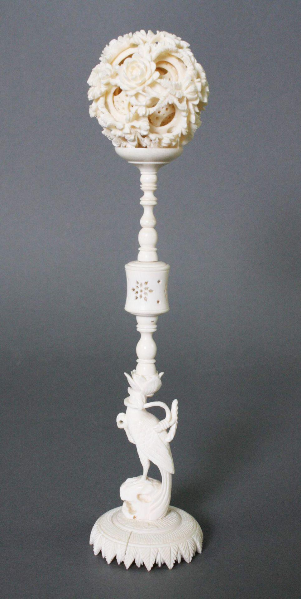Elfenbein-Sphärenkugel auf Ständer, China Anfang 20. Jahrhundert