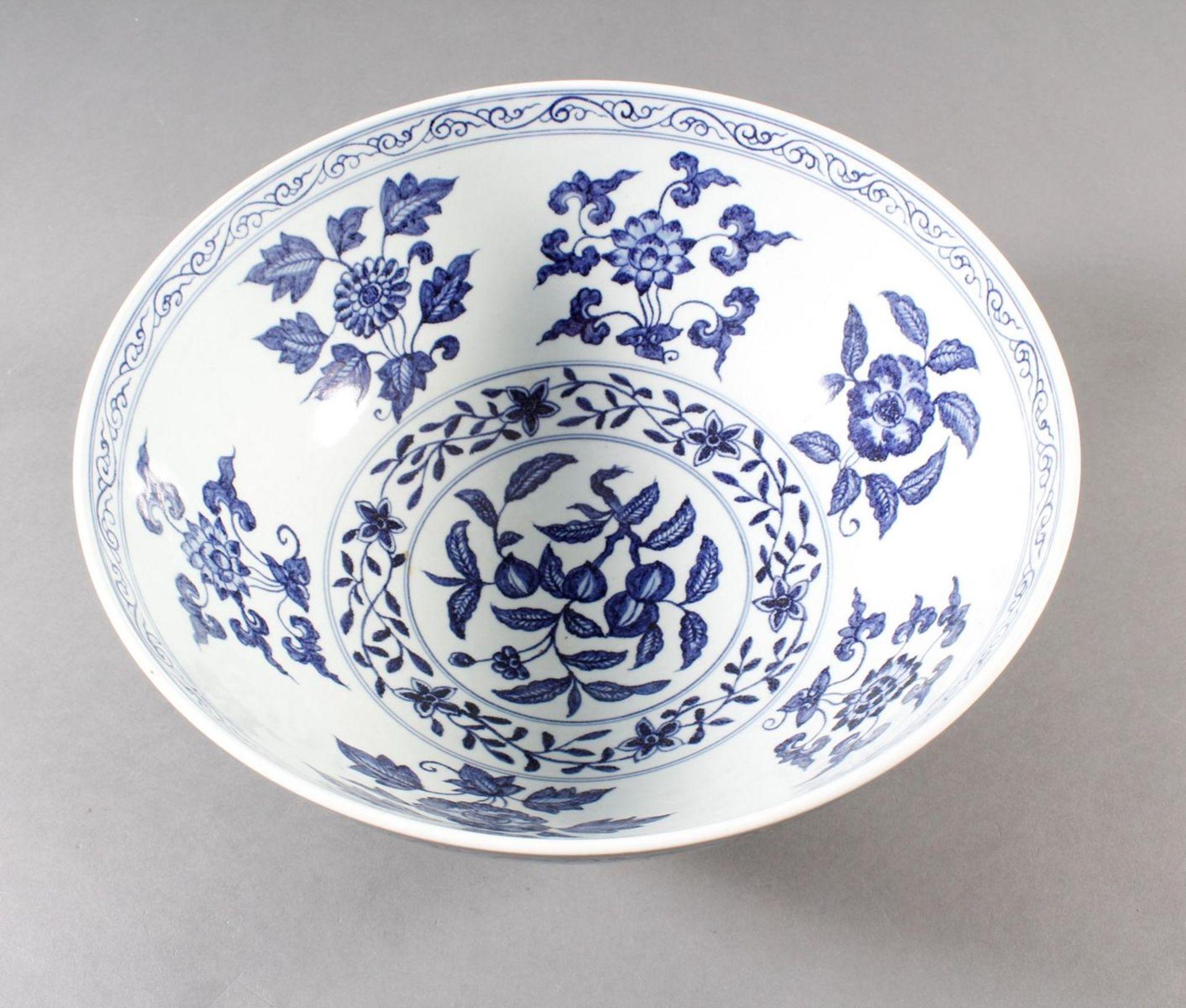 Große Porzellanschüssel, China, Hsüan-tê Marke - Bild 7 aus 17
