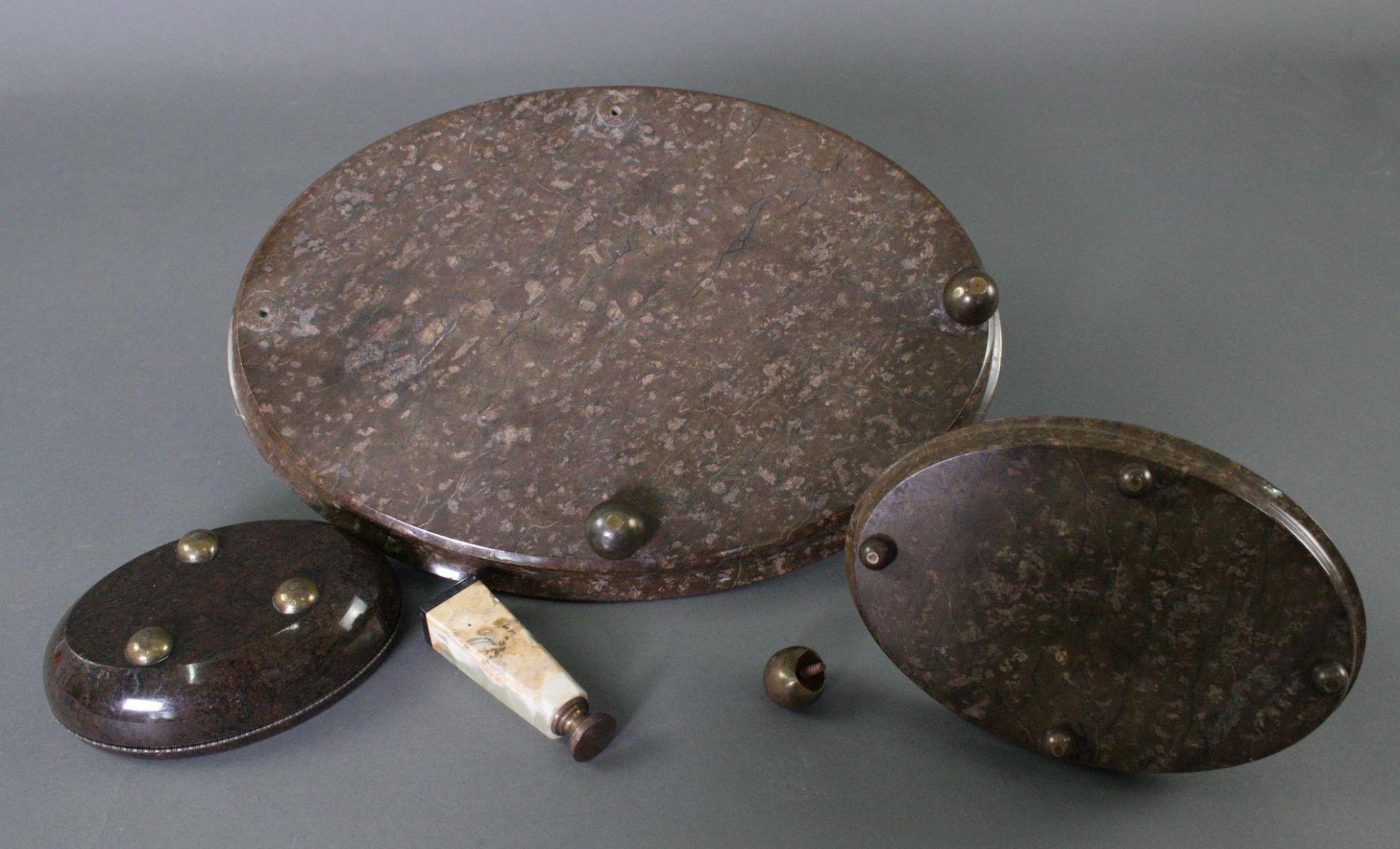 Dreiteilige Schreibtischgarnitur aus Serpentin und Siegel um 1910 - Bild 3 aus 3