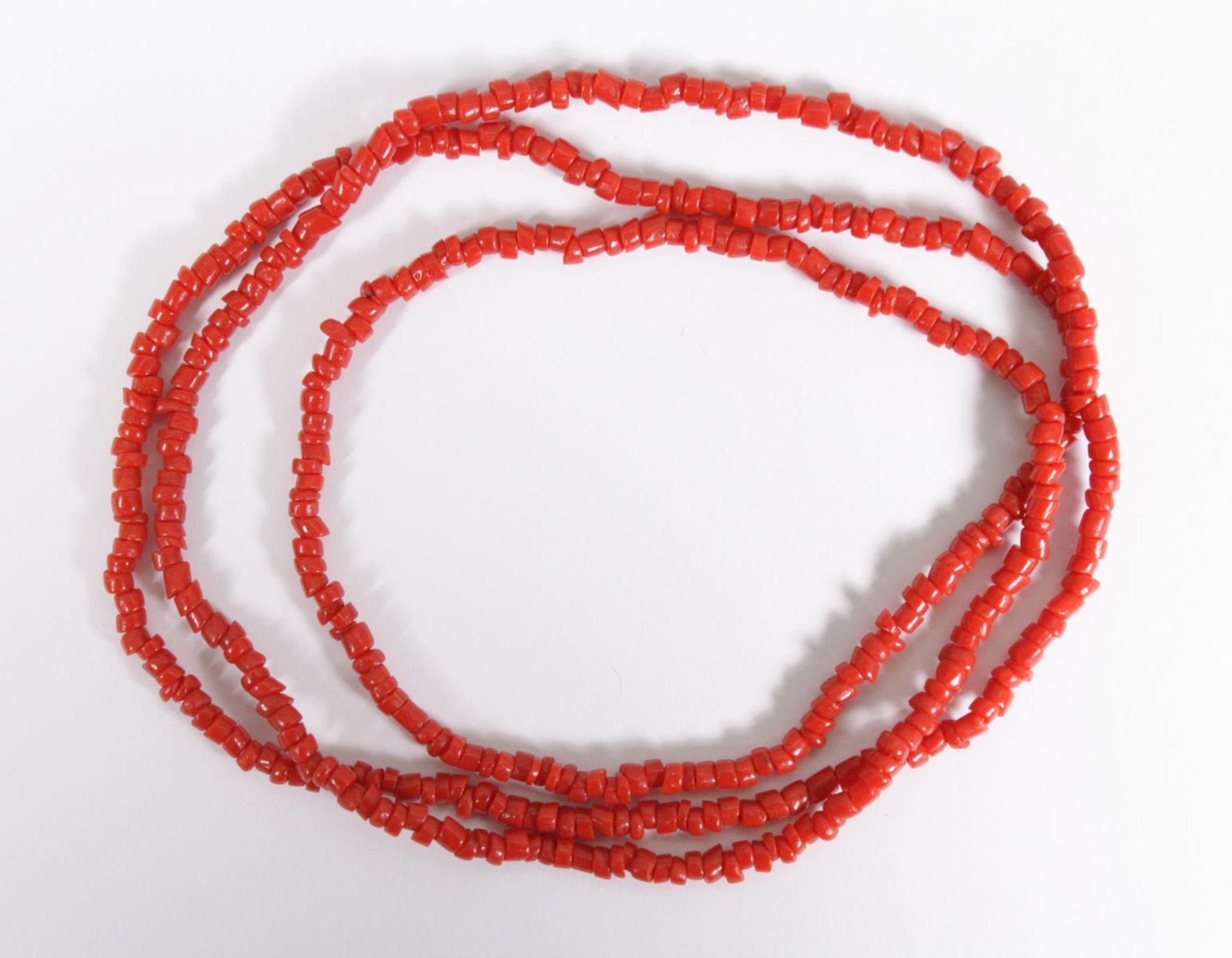 Halskette aus roten Korallenstücken