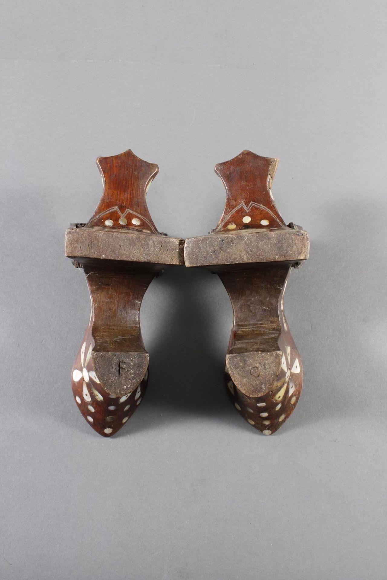 Stelzenschuh-Paar, China, 18. / 19. Jahrhundert - Bild 15 aus 15