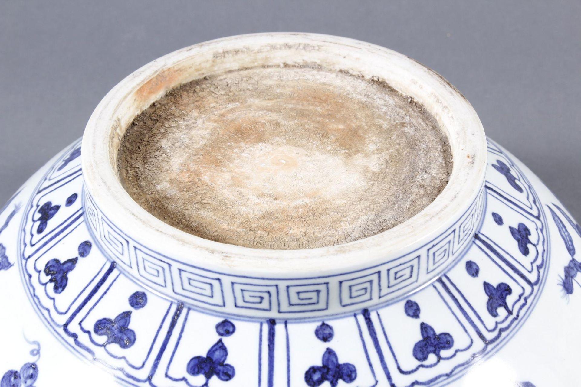 Große Porzellanschüssel, China, Hsüan-tê Marke - Bild 10 aus 17