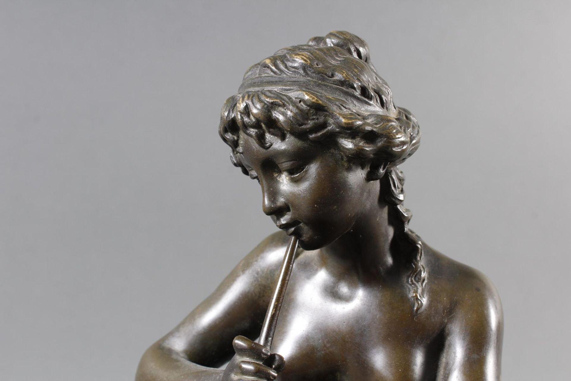 Bronzeskulptur Sitzender Akt, Flötespielende Faundame mit zwei tanzenden Faunjungen, Frankreich um 1 - Bild 5 aus 7