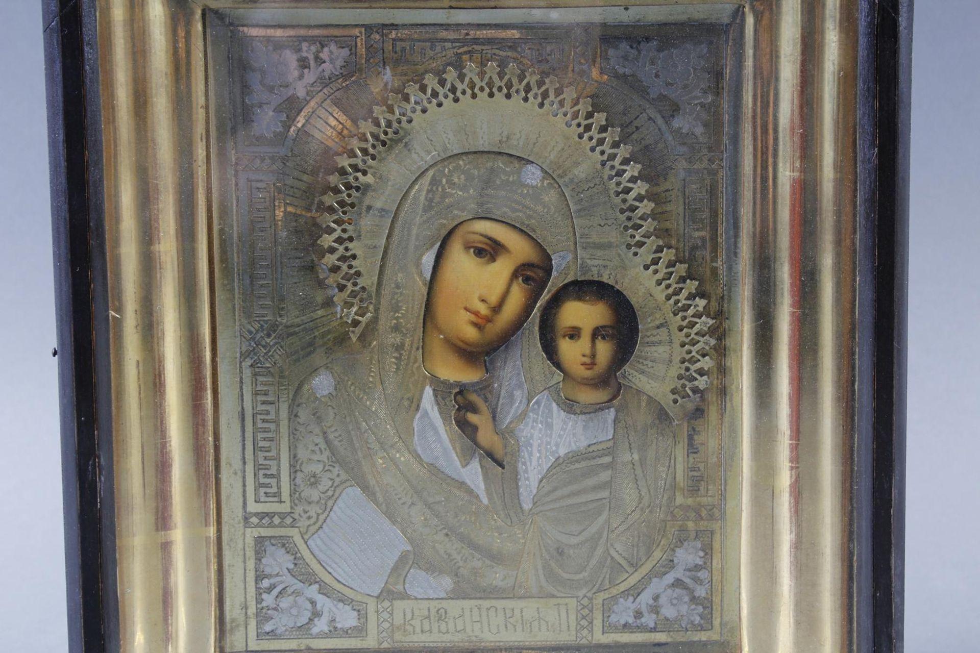 Ikone mit vergoldetem Silberoklad, Maria mit dem Jesuskind, Russland Anfang 20. Jahrhundert - Bild 2 aus 5