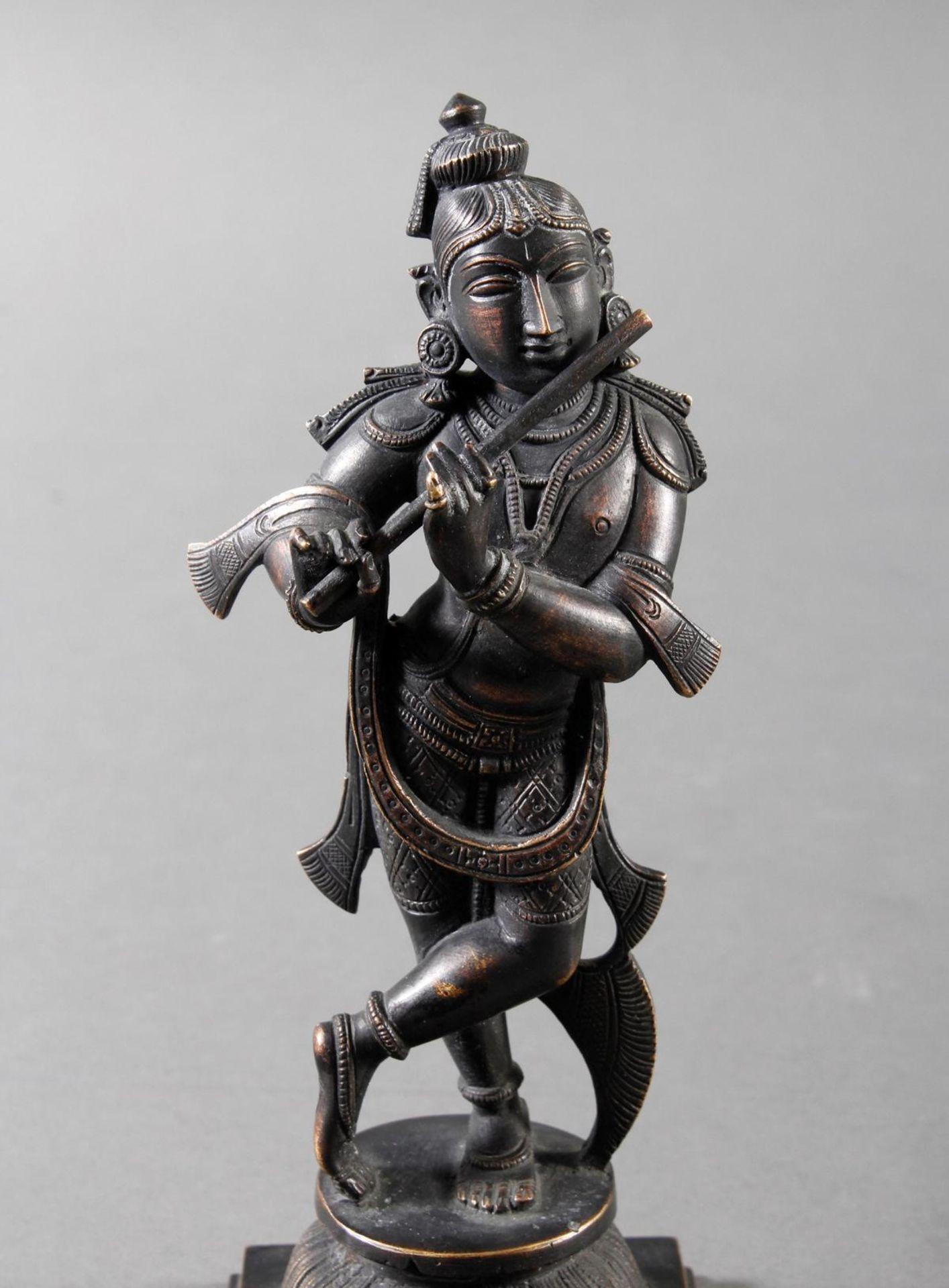Flötespielende Göttheit auf einem Lotospodest stehend Indien 19. / 20. Jahrhundert - Bild 6 aus 8