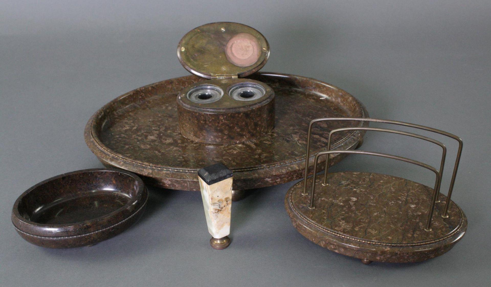Dreiteilige Schreibtischgarnitur aus Serpentin und Siegel um 1910 - Bild 2 aus 3