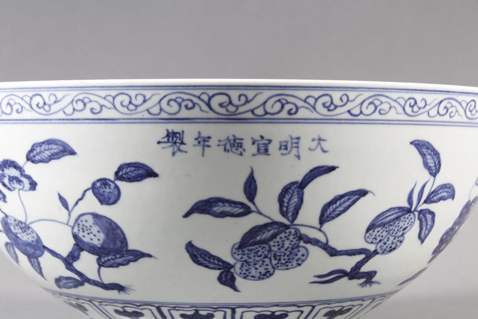 Große Porzellanschüssel, China, Hsüan-tê Marke - Bild 5 aus 17